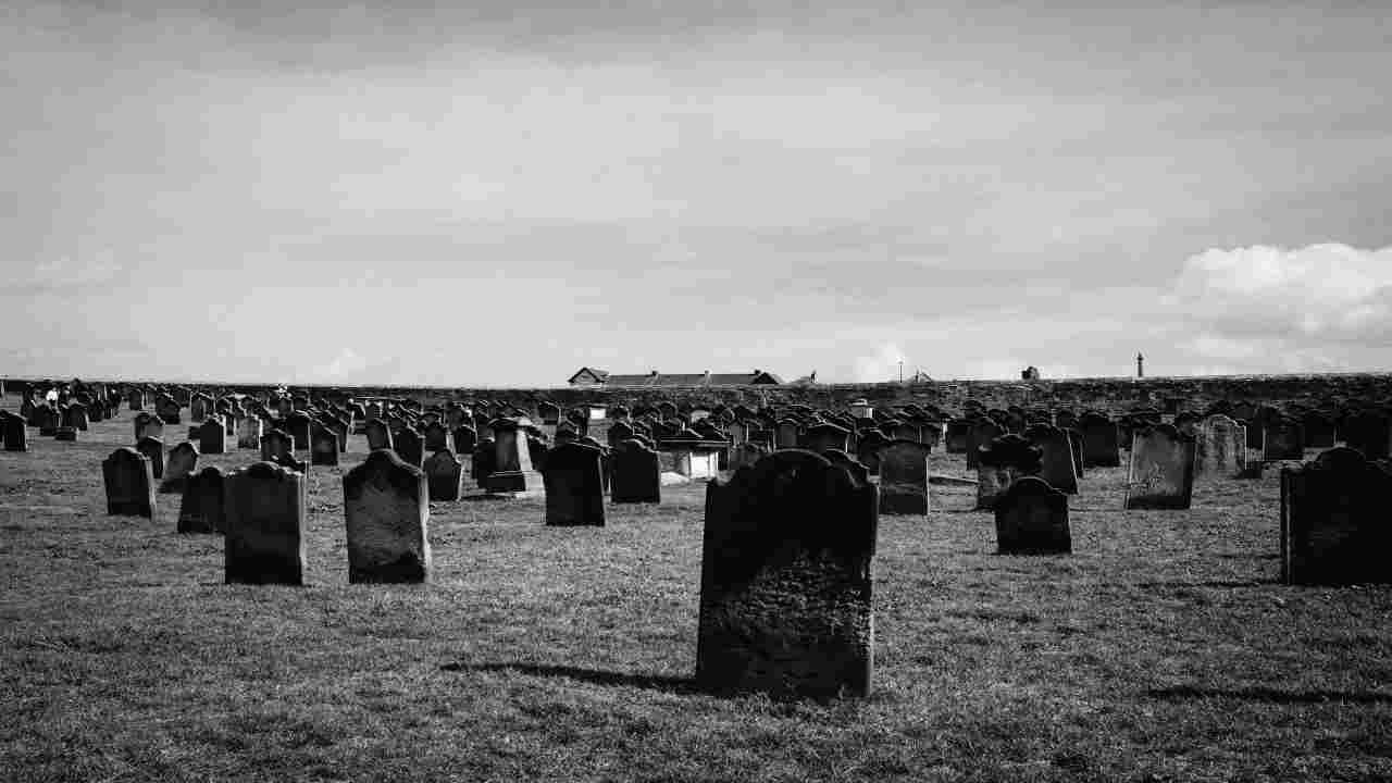 no mask scavano tombe per morti coronavirus per punizione