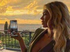 Diletta Leotta mostra il cellulare