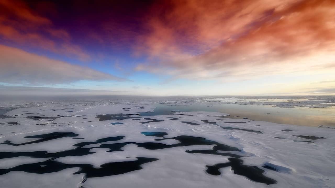 Inverno Artico blocchi di ghiaccio sul mare, alla deriva