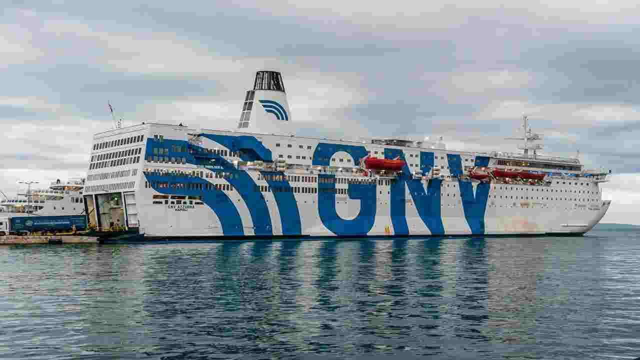 nave rhapsody approda porto di bari