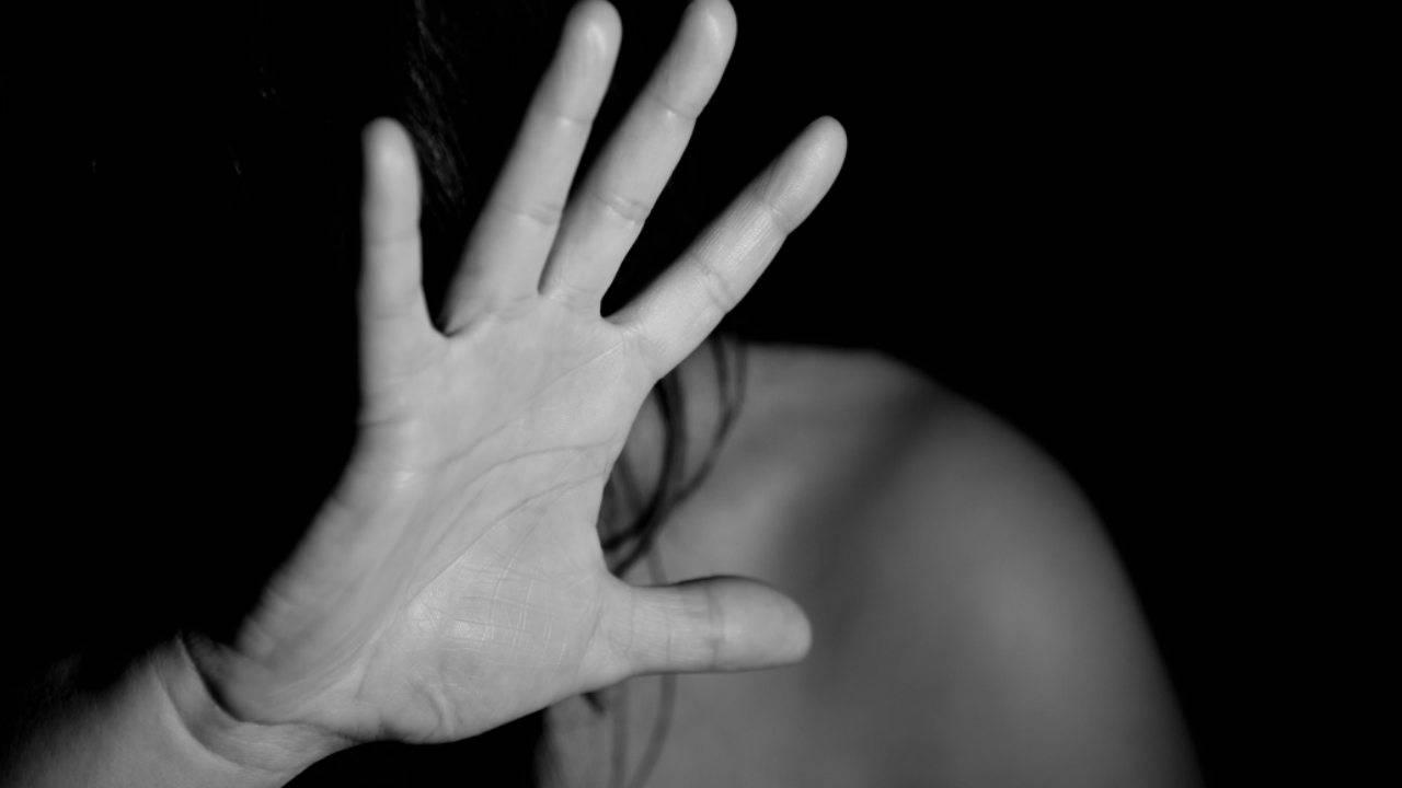 Violenza sessuale su una studentessa