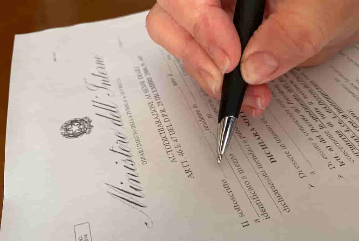 Autocertificazione falsa, quali sono le sanzioni? Ecco le condanne penali e le multe