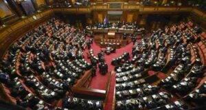 Parlamento, voto a favore per lo scostamento di Bilancio: Berlusconi dalla parte del Governo