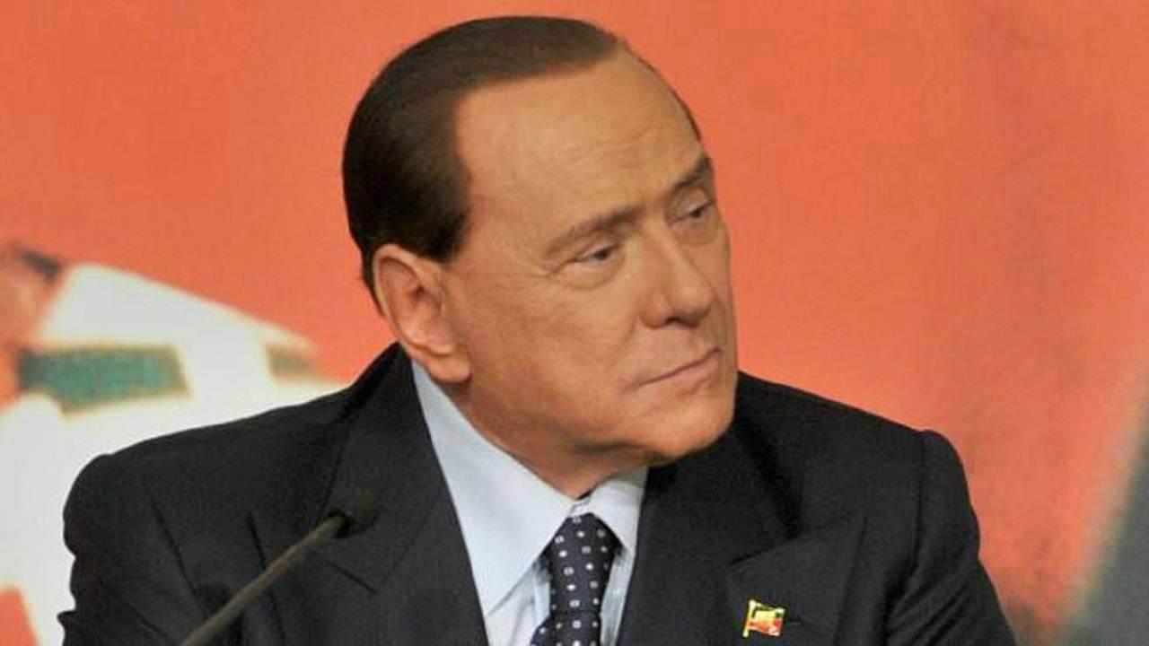 """Silvio Berlusconi, duro in una intervista: """"Sono a disposizione ma non credo nei Governi tecnici"""""""