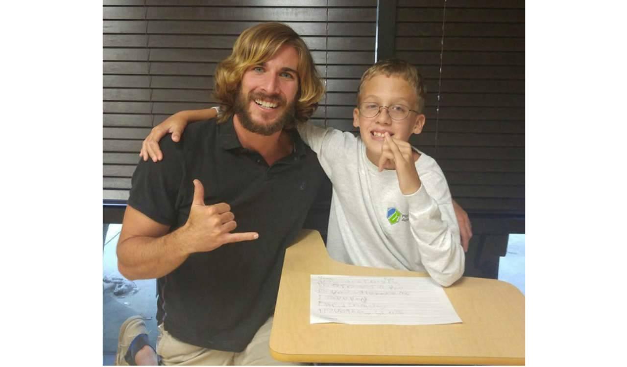 Chris Ulman a scuola con alunno disabile