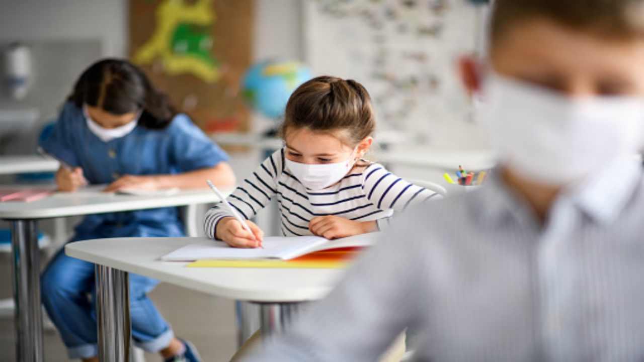 """Scuola, Azzolina sul rientro al 7 gennaio: """"Faremo una valutazione a fine anno"""""""