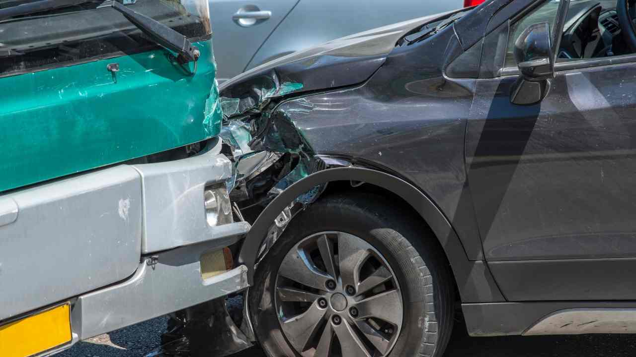 Milano, incidente tra autobus e auto