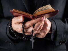 Don Francesco, un parroco negazionista