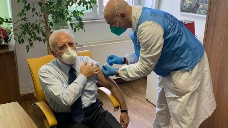 Vincenzo De Luca si vaccina