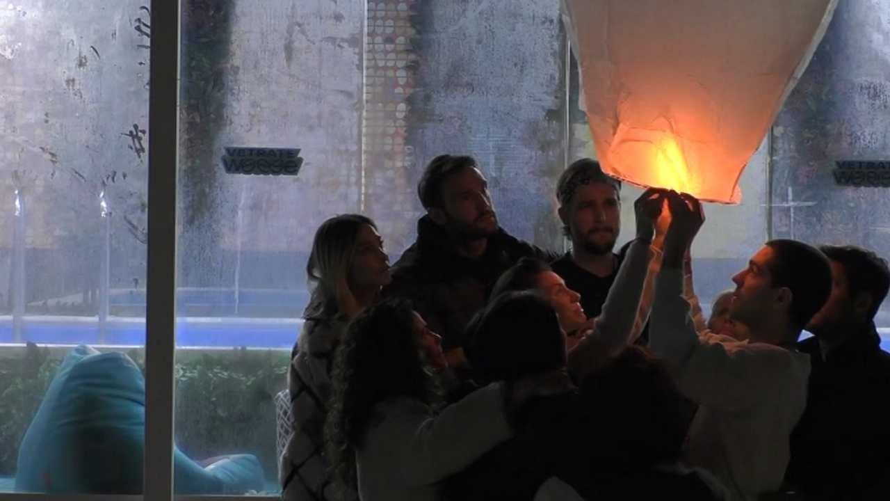 GF Vip 5, una lanterna per commemorare Lucas Mello