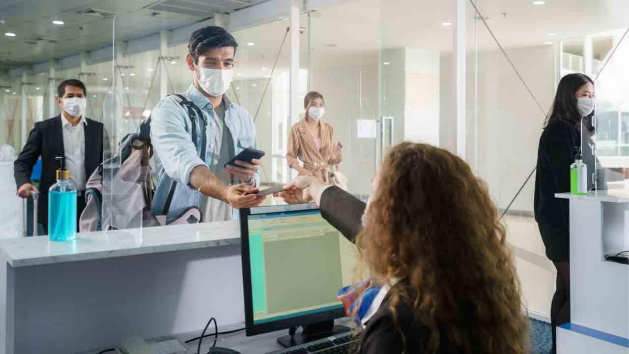 Aeroporto di Fiumicino, scovato viaggiatore con il test negativo al covid-19 falso