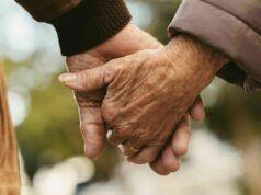 Anziani Mano nella mano