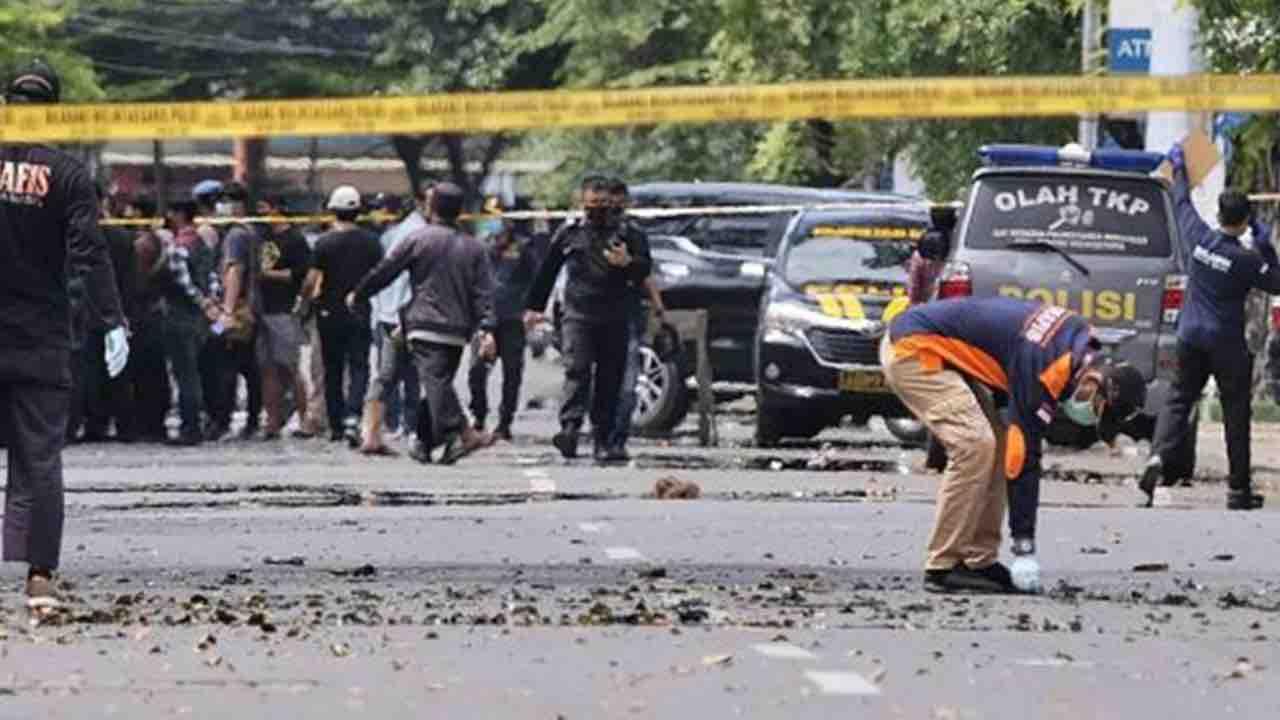 Indonesia, Kamikaze si fanno esplodere davanti la cattedrale