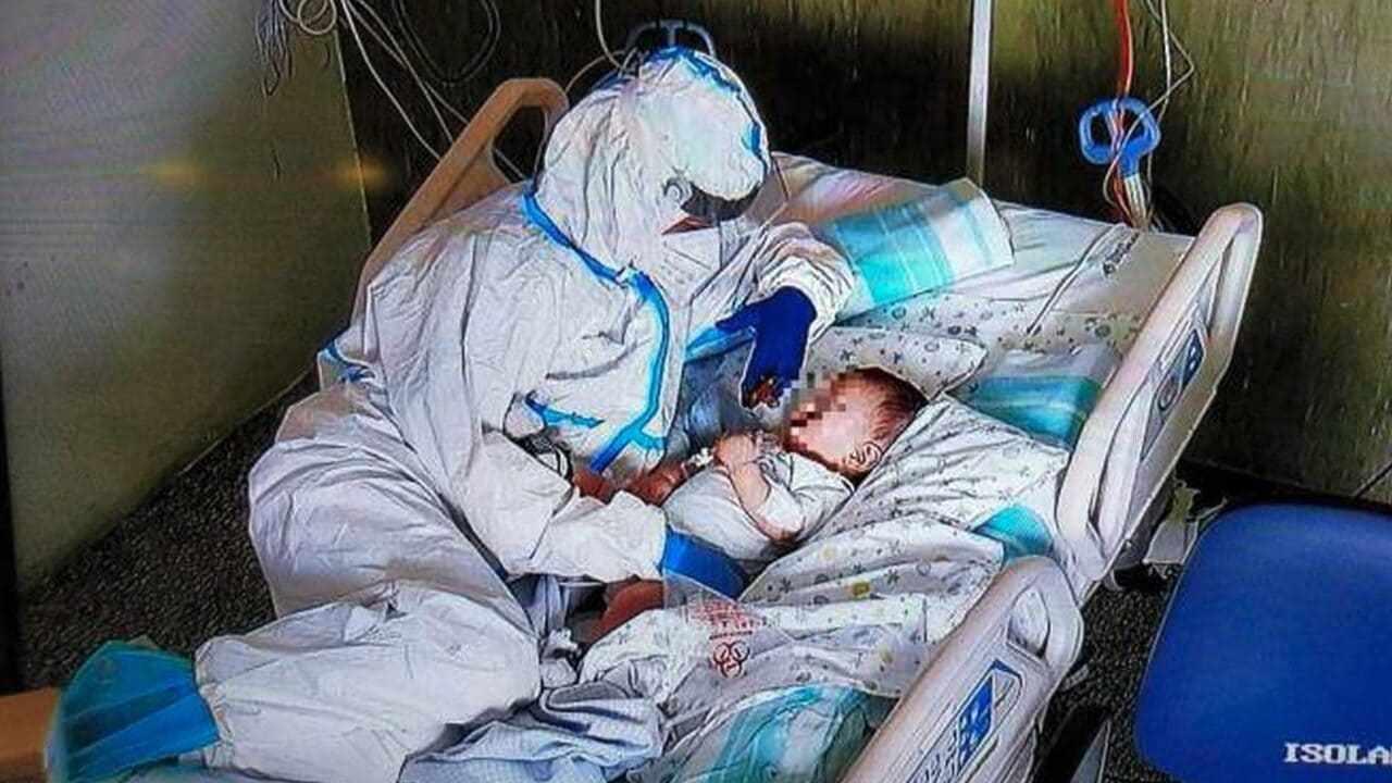 la foto commovente dell'infermiera e del piccolo Matteo