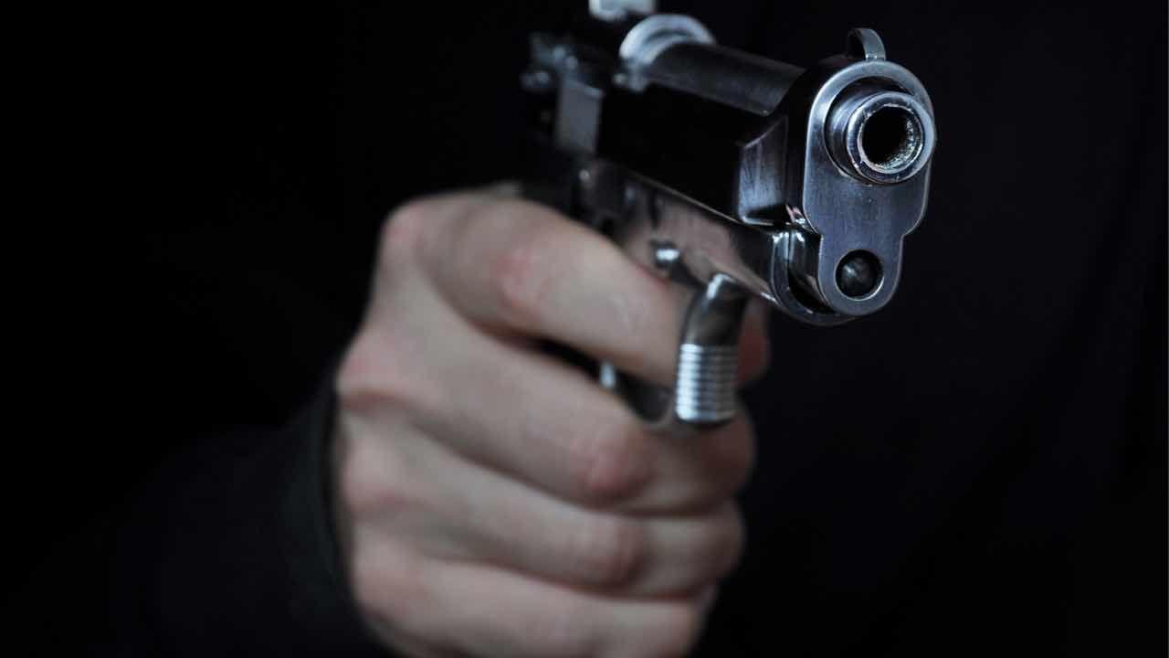 I finti fattorini armati rubano orologi per 400mila euro