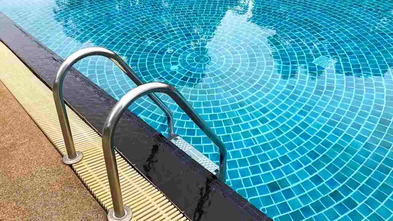 bimbo morto piscina