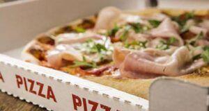 Addenta una pizza e senza una strana puzza, la disgustosa scoperta