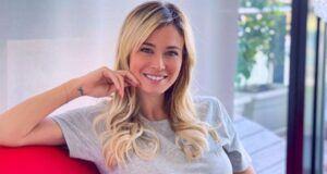 Diletta Leotta, l'allenamento in casa è bollente: il top non trattiene le curve! Le Instagram Stories della giornalista infiammano i social