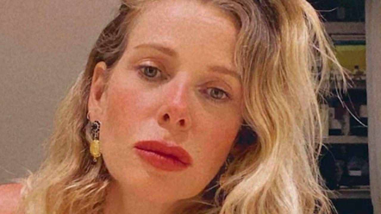 Alessia Marcuzzi ''sempre a gambe aperte'': la conduttrice scatena la polemica
