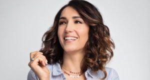 Caterina Balivo, la scollatura del costume cede e mostra il decollète: lo scatto social fa il pieno di like