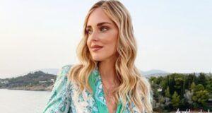 Chiara Ferragni, il decollète rotola fuori dal vestito: l'incidente bollente fa il pieno di like