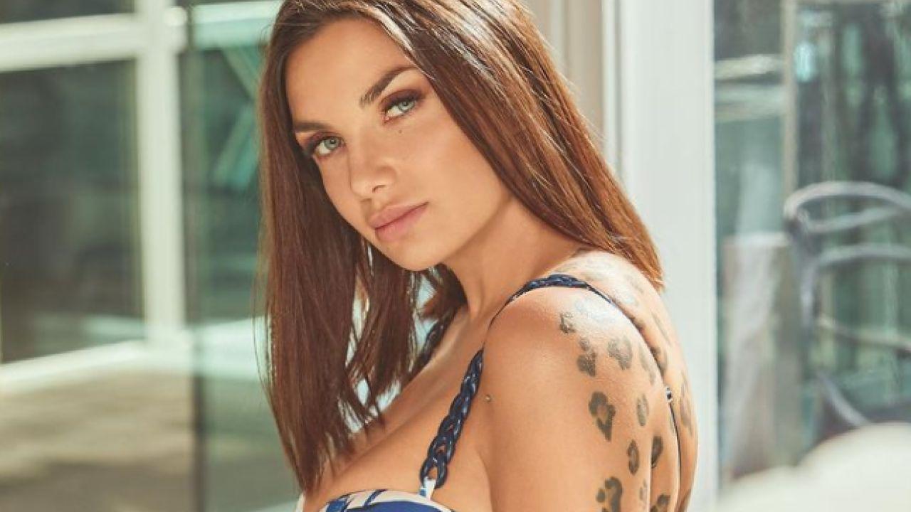 Elettra Lamborghini, una Sirena a Mykonos: lo scatto in bikini stuzzica i followers