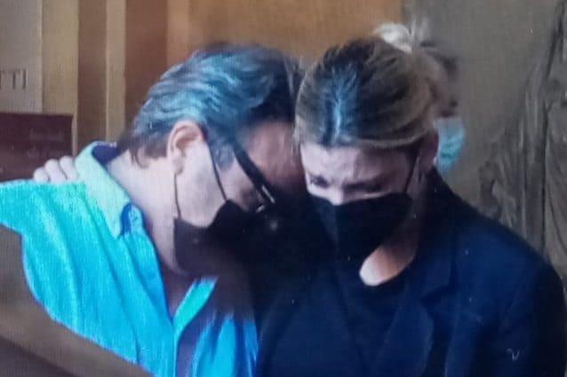 Michele Merlo, allestita la camera ardente, l'abbraccio di Emma Marrone al padre del cantante