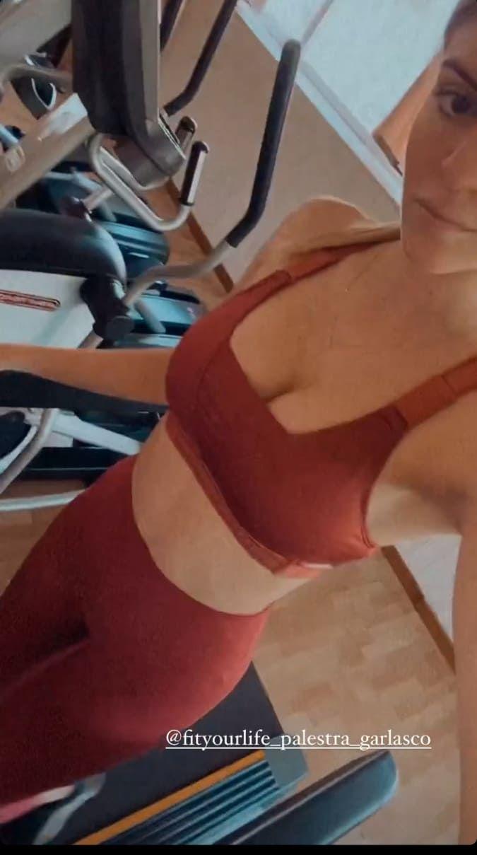 Sara Croce il decollète esplode nel top: l'inquadratura dall'alto è da infarto - FOTO